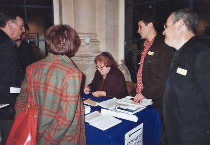 Bettina Heinen-Ayech signe des autographes dans la salle des tapisseries de la Mairie de Paris à l'occasion de sa grande exposition