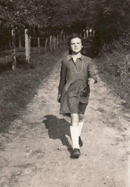 """Die Junge Bettina Heinen im Hungerjahr 1947 auf dem weg vom Schwarzen Haus in Solingen zum nahegelegenen """"Künstlergarten"""" der Familie Heinen"""