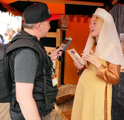 Messe Wächtersbach 2015 - Larisa wirbt im historischen Gewand © europics.de  / Mary Pins