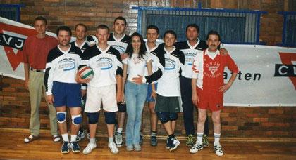 Die Wolfsburger mit dem ehemaligen Volleyball-Fachwart des CVJM Deutschland, Frieder Hass (links)