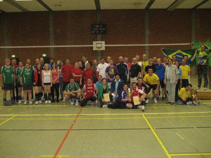 """Teilnehmerinnen und Teilnehmer beim Freizeitvolleyballturnier 2011  um den """"Oberbürgermeister-Pokal"""""""