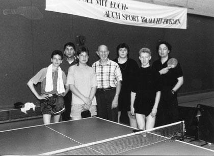 Wolfsburger Sozialtischtennisspieler mit dem Tischtennis-Fachwart des deutwschen CVJM, Hermann Ortlieb, bei Deutschen CVJM Tischtennis Meisterschaften