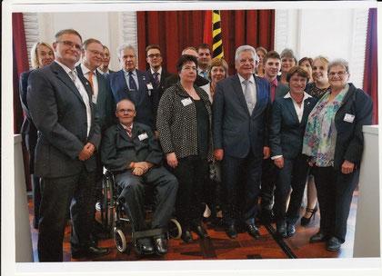 Michael Meixner vom CVJM Wolfsburg (etwas verdeckt durch den niedersächsischen Ministerpräsidenten Stephan Weil) mit Bundespräsident Joachim Gauck beim Tag der Deutschen einheit in Hannover