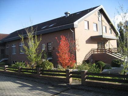 Die Kirche der Evangelischen Freien Gemeinde in Westhagen strahlt in der herbstlichen Sonne