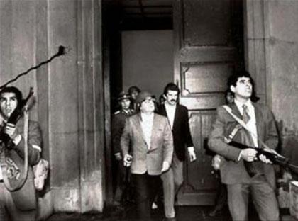 """Chiles præsident Salvador Allende foran præsidentpaladset """"La Moneda"""" ved starten af militærkuppet"""