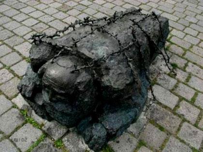 """Den østrigske kommunistiske billedhugger Alfred Hrdlicka's mindesmærke """"Gadevaskende jøde"""" i Wien"""