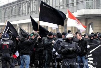 Omkring 300 nazier foran Dresdens hovedbanegård