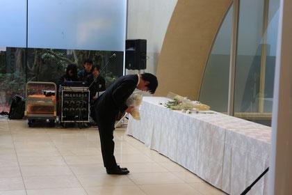 献花台に花束を手向ける山本実行委員長