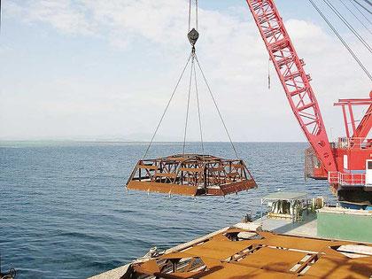 14日、石垣島と竹富島間の海域で設置された漁礁(石垣市提供)