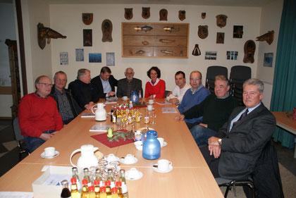 Vorsitzender des ASV Karl Groenewold (Bildmitte am Kopfende des Tisches), CDU-MdL Ulf Thiele, Vors. der CDU-Fraktion, Beatrix Kuhl, (neben Groenewold sitzend) und weiteren Mitgliedern der Leeraner CDU-Fraktion und Stadtverbandes Leer. Foto: Alex Siemer