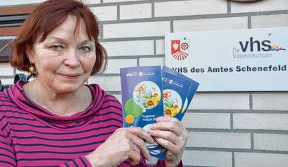 VHS-Leiterin Petra Hüser weist auf den Beginn des Frühjahrs-semesters hin.