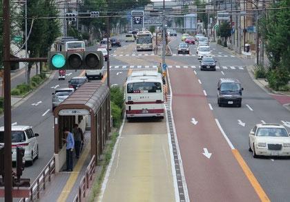 名古屋市の中央バスレーンの例。都心部ではバス専用、この付近(白壁地区)ではバス優先。
