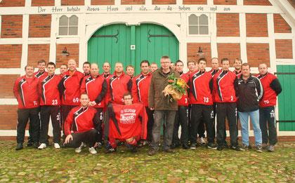 Neue Präsentationsanzüge in 2010 durch Stalleinrichtungen Buck - Mannschaft mit Trainer Anderas  Bruders und 1. Vorsitzenden Jochen Valentin