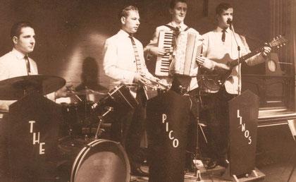 1959: van links naar rechts: Piet Nijsten (drums), Joop de Haan (trompet) Janek Bowkofski (accordeon) , ??? ( gitaar)