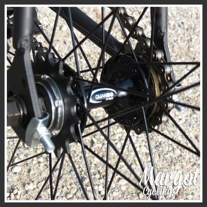 """MOZZO FLIP-FLOP. La catena è montata sulla coroncina con cuscinetto, quindi la bici è a """"ruota libera"""". Sull'altro lato del mozzo (lato sinistro) è visibile la coroncina fissa."""