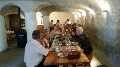 Repas dans une cave à Eger.