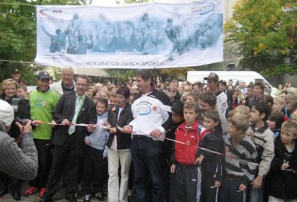 Viele hundert Westhagener beim Start zum lauf für Frieden und Toleranz