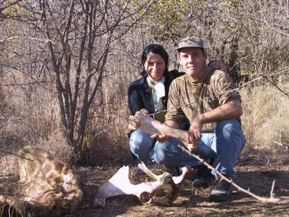 Dans la savane avec Annie et des restes de girafe