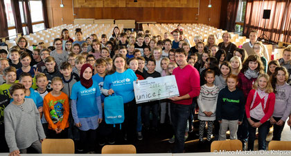 Groß war die Freude bei allen Beteiligten, als die Schüler und Lehrer der IGS Osthofen an Dorothea Spille von der UNICEF-Arbeitsgruppe Worms einen Scheck in Höhe von 2.695,65 Euro überreichten.