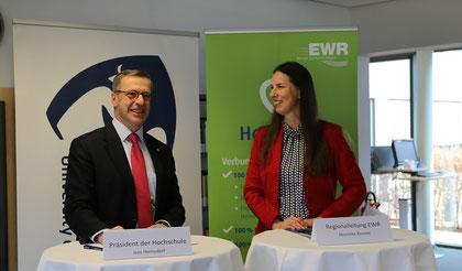(v.li.) Präsident der Hochschule Worms Jens Hermsdorf und Regionalleiterin Worms/Alzey der EWR Aktiengesellschaft Henriette Zimmer unterschreiben die Kooperationsvereinbarung. Foto: Hochschule Worms