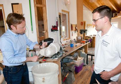 Jan Metzler (links) packt bei seinem Besuch im Rahmen eines kleinen Praxisteils auch selbst mit an im Betrieb von Orthopädiemeister Elmar Strubel.