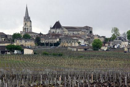 Weltbekannter Weinbau der Spitzenklasse Blick über die Weinberge des Saint-Emilion auf das namensgebende Dorf.