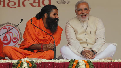 Modi (à droite) et le maître de yoga Baba Ramdev