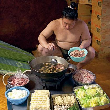 Sumokämpfer bereitet Chanko Nabe zu (Quelle: Chinadaily)