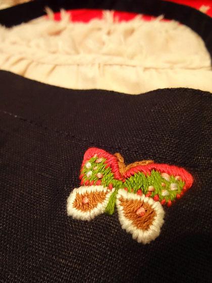 屋号「rose garden butterfly」の看板として、はじめての主催イベントでまとうエプロンに刺繍した・・・月夜に舞う『ヒメヤママユ』。黄緑がかった糸をはく、野生の蚕です。実際に飯綱高原ではわたしの住む山小屋の灯りに惹かれて何匹も来訪。小動物かと思うほど肉厚で大人の手のひらほどの大きさ、模様のデザインの美しさに(実際にはピンクは入っていませんが)すっかり心を奪われてしまいました。以来、わたしの永遠の「成虫像」になっています。