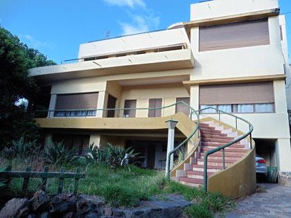 Blick auf die denkmalgeschützte Villa in Santa Cruz, vom Garten der Immobilie aus.