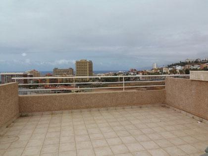 Bild und Link: Blick von der Dachterrasse des Reihenhauses auf das Meer vor Teneriffa.