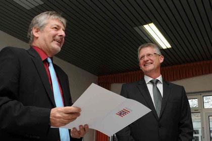 Seit dem 1. Oktober ist Heiko Bickel (r.) neuer Rektor der Goldbachschule. Die Urkunde dafür gab es von Dr. Michael Jung in einer Feierstunde in der Aula.