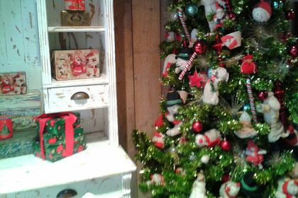 die überbordende Weihnachtsdekoration im Backspielhaus