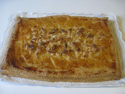 Pantxineta: hojaldre, crema pastelera, almendra molida y almendra fileteada, azúcar en polvo