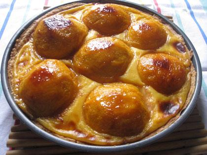 Tarta de melocotón: pasta quebrada, crema pastelera y melocotones frescos caramelizados