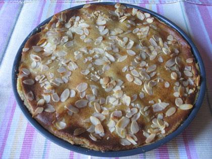 Tarta de pera y almendras:pasta quebrada, peras con crema de almendras y cobertura de almendras fileteadas