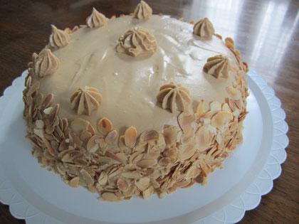 Tarta de moka: bizcocho emborradado con ron y mousse de mantequilla de moka
