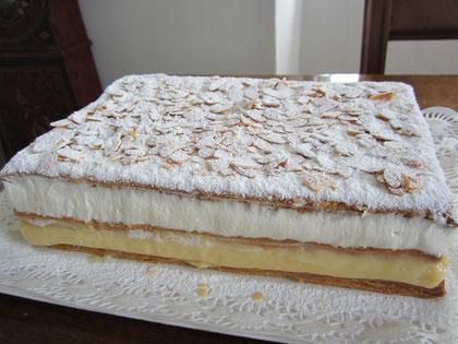 Tarta de hojaldre: hojaldre con relleno de nata y crema pastelera y cobertura de almendras fileteadas tostadas