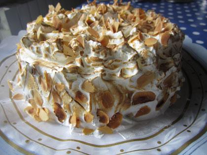 Tarta nevada: bizcocho, crema pastelera y merengue italiano con almendras tostadas