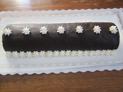 Brazo de gitano relleno de crema pastelera con cobertura de chocolate y nata