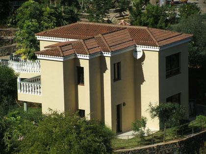 Haus 2 wirkt mit seinen türmchen-ähnlichen Dächern und seiner versetzten Bauweise fast wie ein kleines Schloss