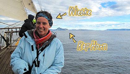 Hier seht ihr mich mit dem Kap Horn im Hintergrund, der berühmt-berüchtigten Südspitze von Südamerika.