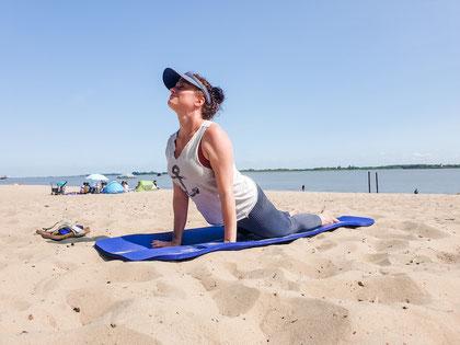 Der Tag kann kommen - Yoga am Strand verbreitet Urlaubsfeeling - egal, was noch kommt. Foto©D.Mattern