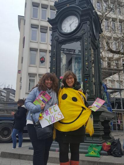 Free hugs Aktion mit Marionvon Appen am Weltglückstag