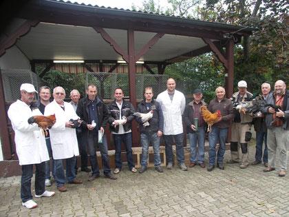 Züchter der beiden Vereine mit Siegern und den Preisrichtern Andre Karl (6.v.r.), Peter Falk (links) und Ernst Fleischmann (3.v.l.) im Beisein von den Vorsitzenden Jürgen Wuttke (5.v.l.) und Wolfgang Lex (4.v.r.).