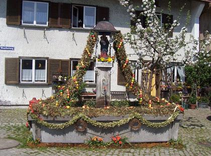 Dorfbrunnen mit Osterschmuck
