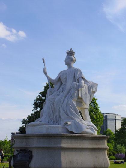 ケンジントン宮殿に立つビクトリア女王の彫刻は、ルイーズ王女の作品。1800年代の女性、まして王女の仕事としては考えられないこと。