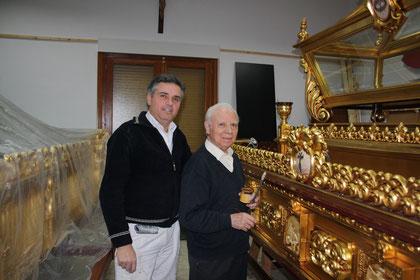 Miguel y Venancio junto a las andas del S. Entierro.