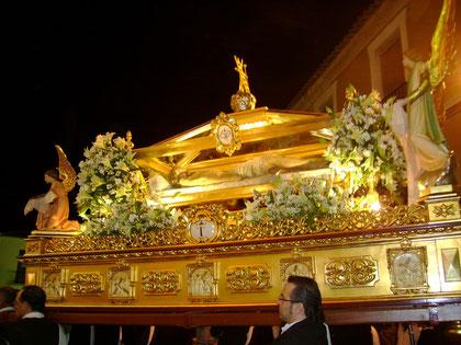 Paso del Santo Entierro en procesión.