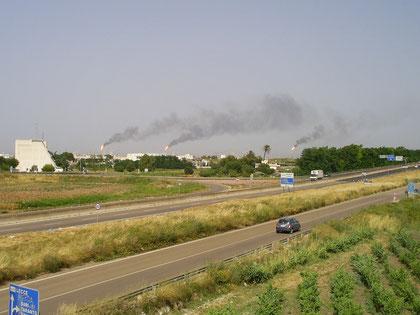 Nella foto: Brindisi con le tre torce del Petrolchimico in funzione